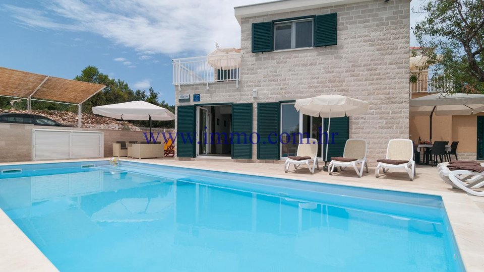 STONE VILLAS WITH SWIMMING POOL ON THE ISLAND OF BRAČ