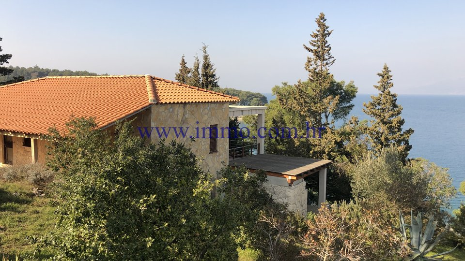 LOVELY HOUSE ON LARGE PARCEL, FIRST ROW TO THE SEA, BRAČ