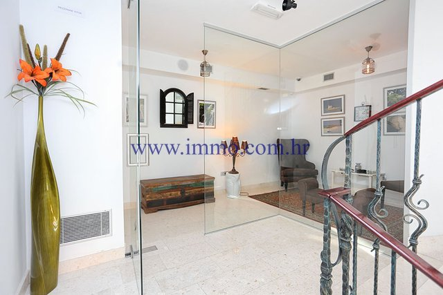 SPLIT, BUSINESS PREMISES OF 64 SQ.M. FOR RENT