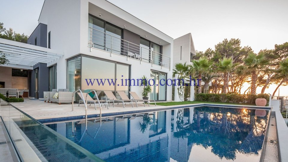 SUTIVAN, LUXURY VILLA WITH POOL, ON THE SEAFRONT