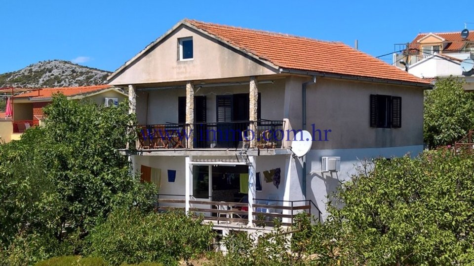 TROGIR AREA, HOUSE OVERLOOKING THE SEA