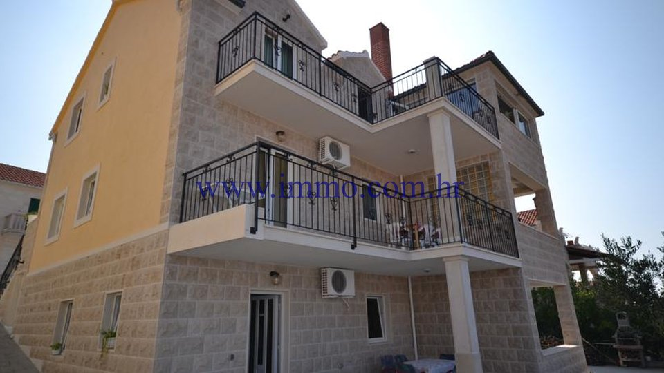 BRAČ, HOUSE WITH FOUR APARTMENTS
