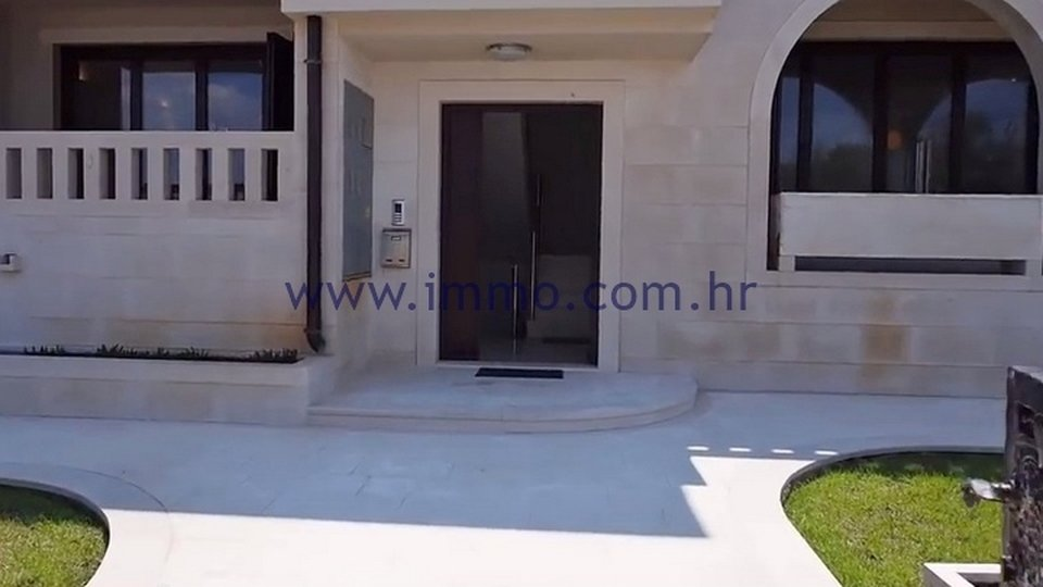 BRAČ ISLAND, BEAUTIFUL VILLA ON THE SEAFRONT