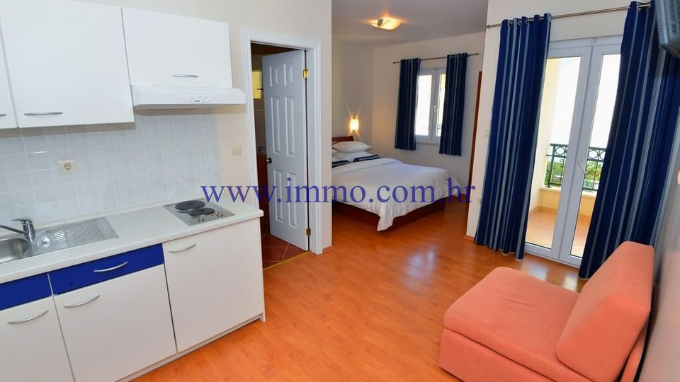 SEAFRONT HOUSE WITH APARTMENTS AND RESTAURANT, NEAR MAKARSKA