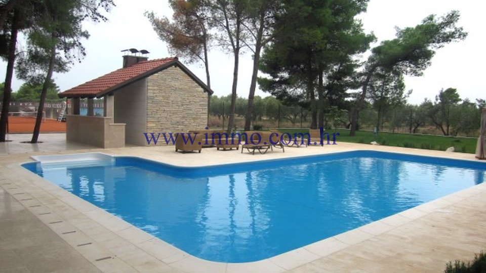 BRAČ, LARGE ESTATE WITH TENNIS COURT AND SWIMMING POOL
