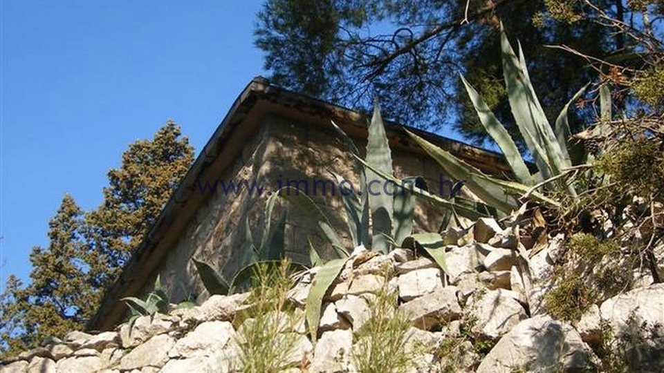 BRAČ ISLAND, SEAFRONT STONE HOUSE FOR SALE