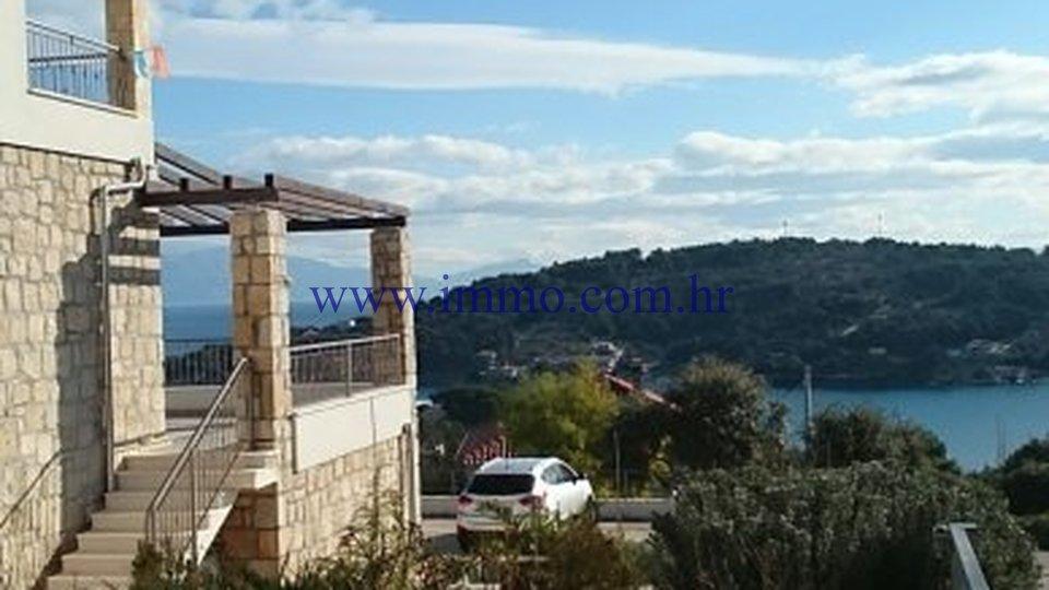 ŠOLTA, HOUSE WITH APARTMENTS, NEAR THE SEA