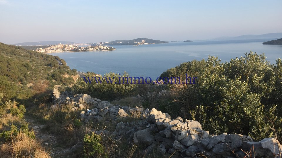 SEAFRONT HOUSE ON THE LARGE PLOT NEAR TROGIR