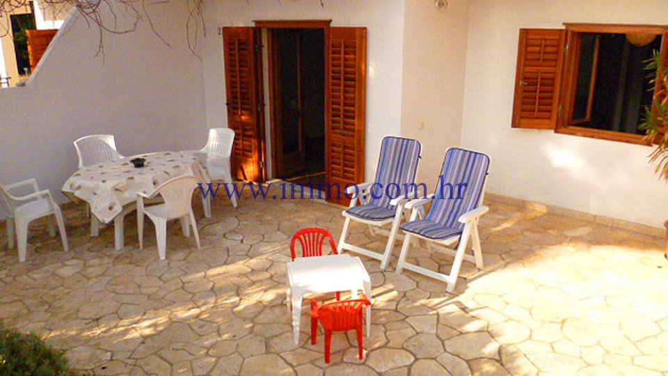 HOUSE WITH 6 APARTMENTS ON SOUTHERN SIDE OF HVAR, SECOND ROW TO THE SEA